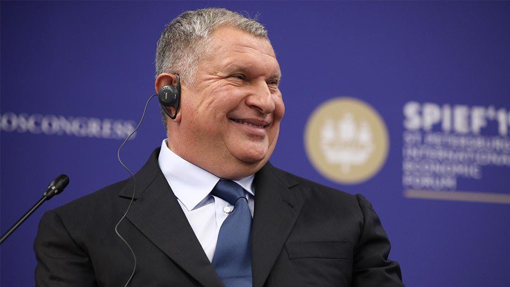 Правительство продлило контракт Сечина еще на 5 лет